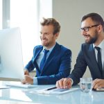 businessmen devant un ordinateur dans un bureau