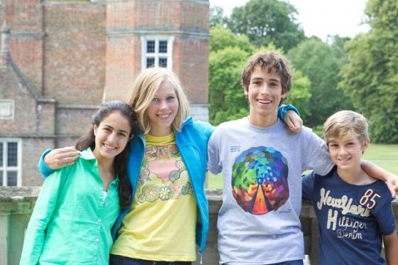 Groupe d'ados heureux en séjour linguistique en Angleterre