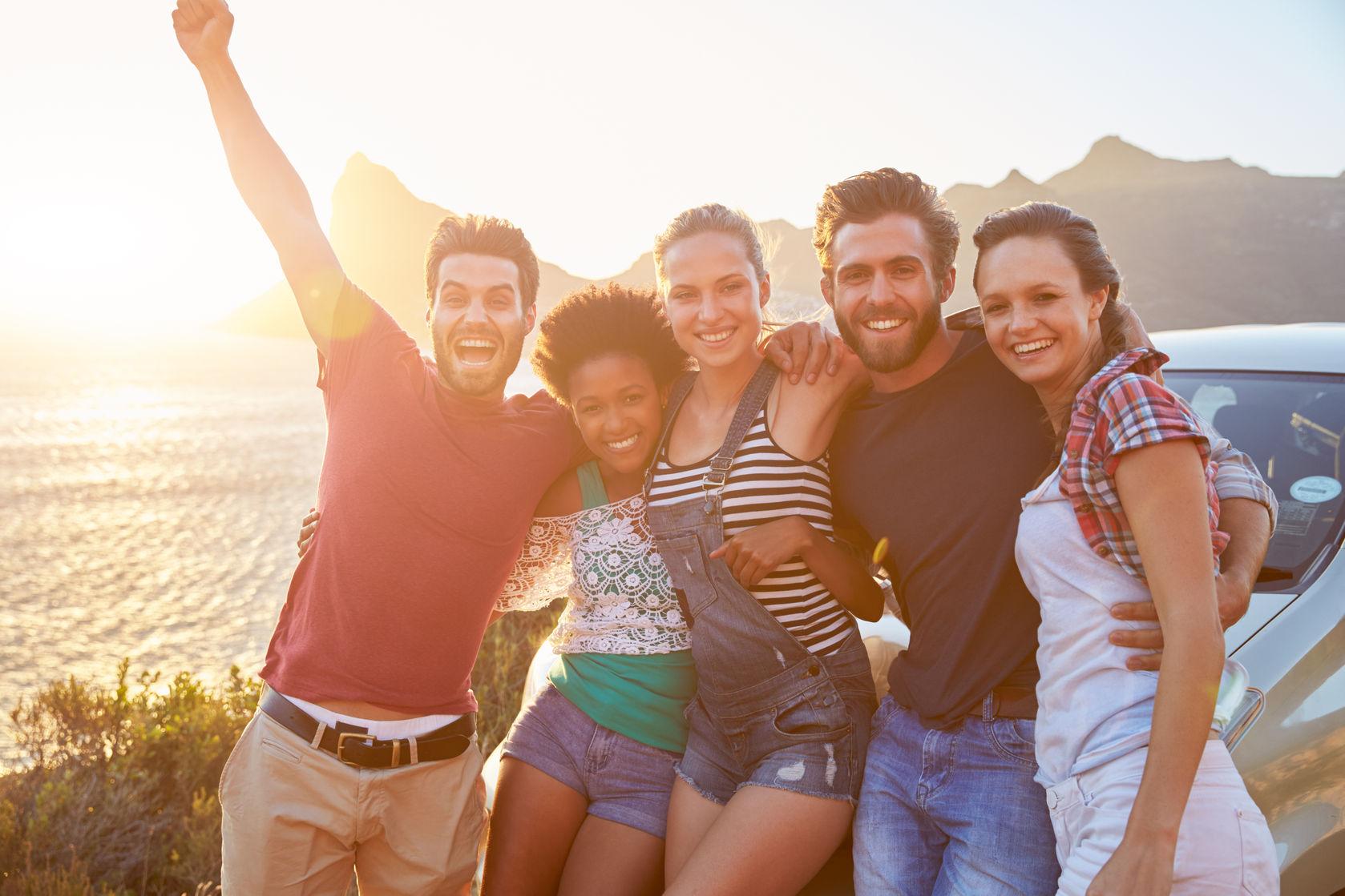 Gap Year jeunes heureux à l'aventure au bord de mer