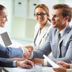businessmen se serrant la main lors d'une négociation en anglais