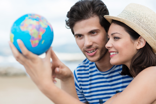 jeunes gens qui regardent la planète Terre-voyages-sejours-linguistiques