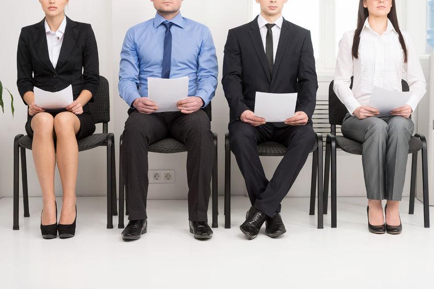candidats qui attendent pour entretien d'embauche
