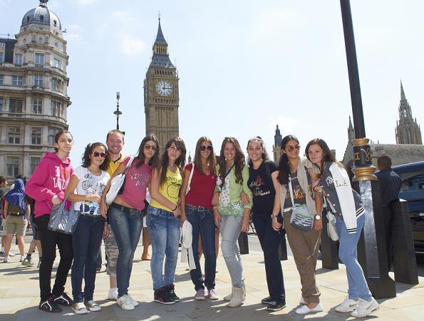 Groupe de jeunes devant Big Ben. Séjour Linguistique jeunes à Londres, Angleterre