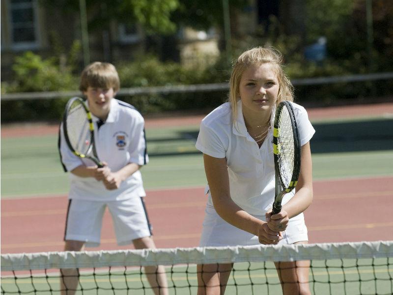 ados jouant au tennis lors d'un séjour linguistique en immersion en Angleterre
