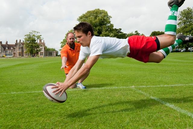 jeunes joueur de rugby plongeon
