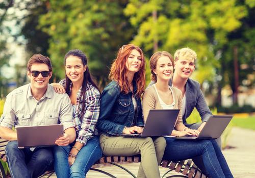 groupe d'étudiants heureux sur un campus